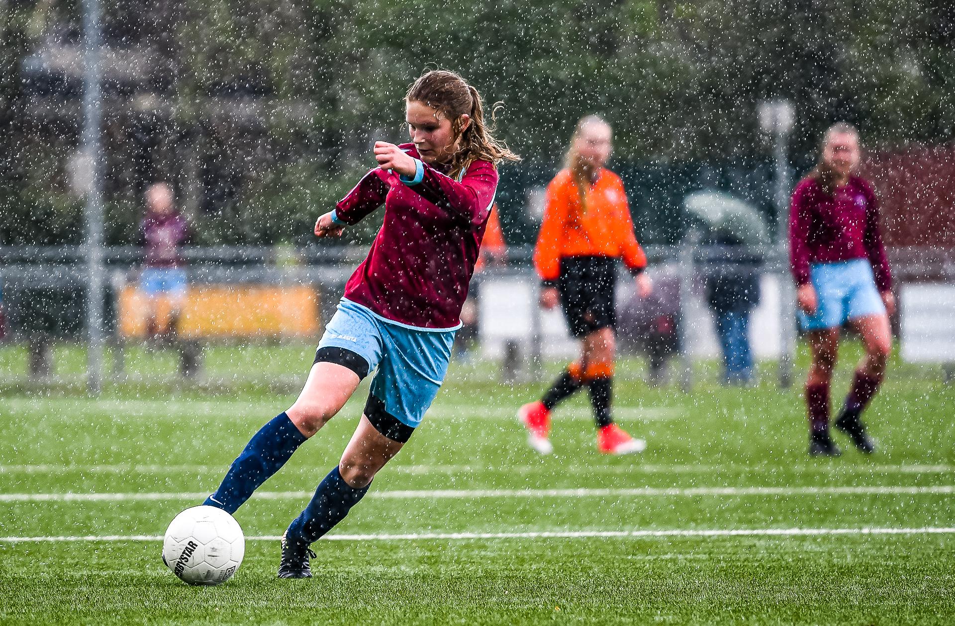 voetballen in de regen